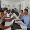 Neuzugewanderte Jugendliche helfen beim International Marketplace