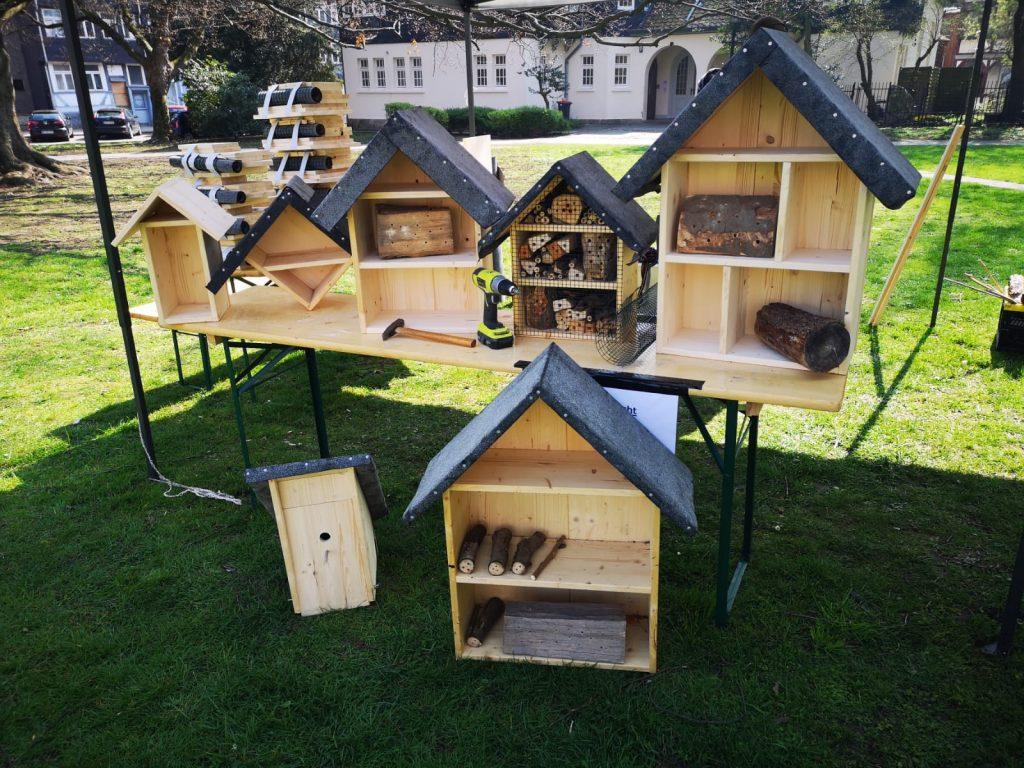 Häuser für Bienen und Vögel