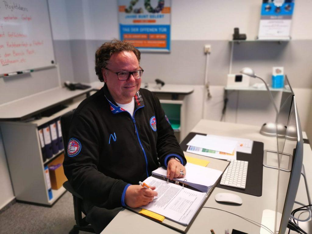 Matthias Bertram von der Freiwilligenagentur stellt Menschen, die eine Impfbegleitung oder Unterstützungen brauchen, Ehrenamtliche an die Seite