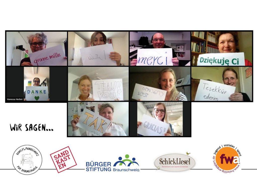 """10 Menschen mit Schildern, alle vor einer Kamera bei einer Videokonferenz - auf den Schildern steht in verschiedenen Sprachen """"Danke""""!"""