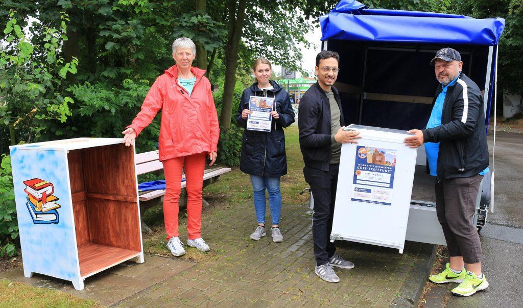 Gemeinde-Box: Vier Personen bauen eine Gemeinde-Box in Semmenstedt auf. Von links im Bild: Ursula Petersen-Stressl, Christine Becker, Besnik Salihi und Adrian Koschyk