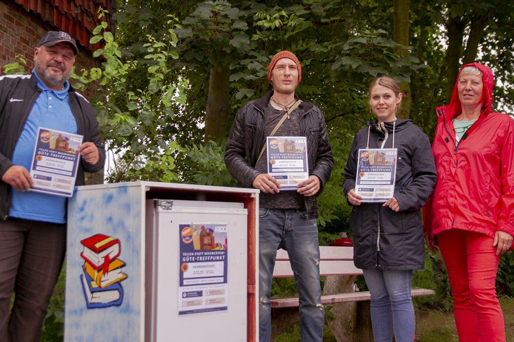 Gemeinde-Box: Vier Personen stehen an der Gemeinde-Box in Semmenstedt (v. l.: Adrian Koschyk, Norman Kreft, Christine Becker und Ursula Petersen-Stessl)