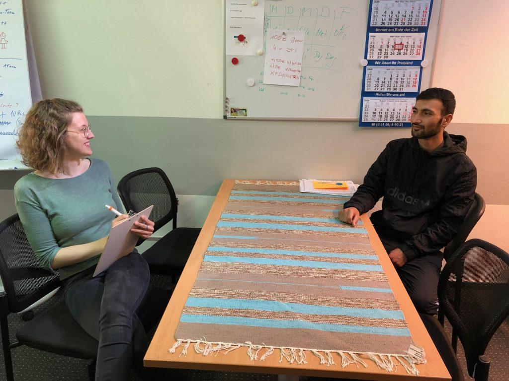 Obaidullah Zaim engagiert sich ehrenamtlich - er wird von Ella Bellersen interviewt