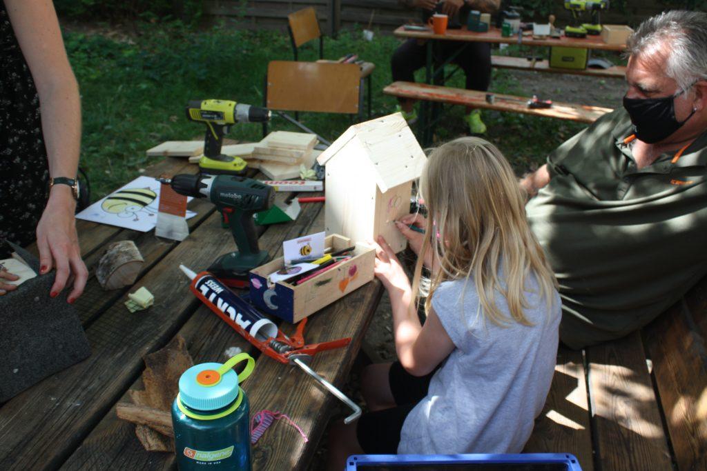 Ferienprogramm: Mann und Mädchen bauen Bienen-Hotel