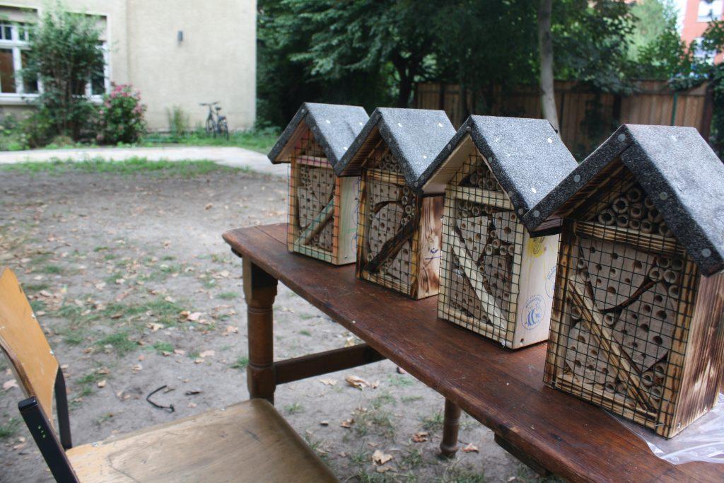 Vier fertige Bienen-Hotels