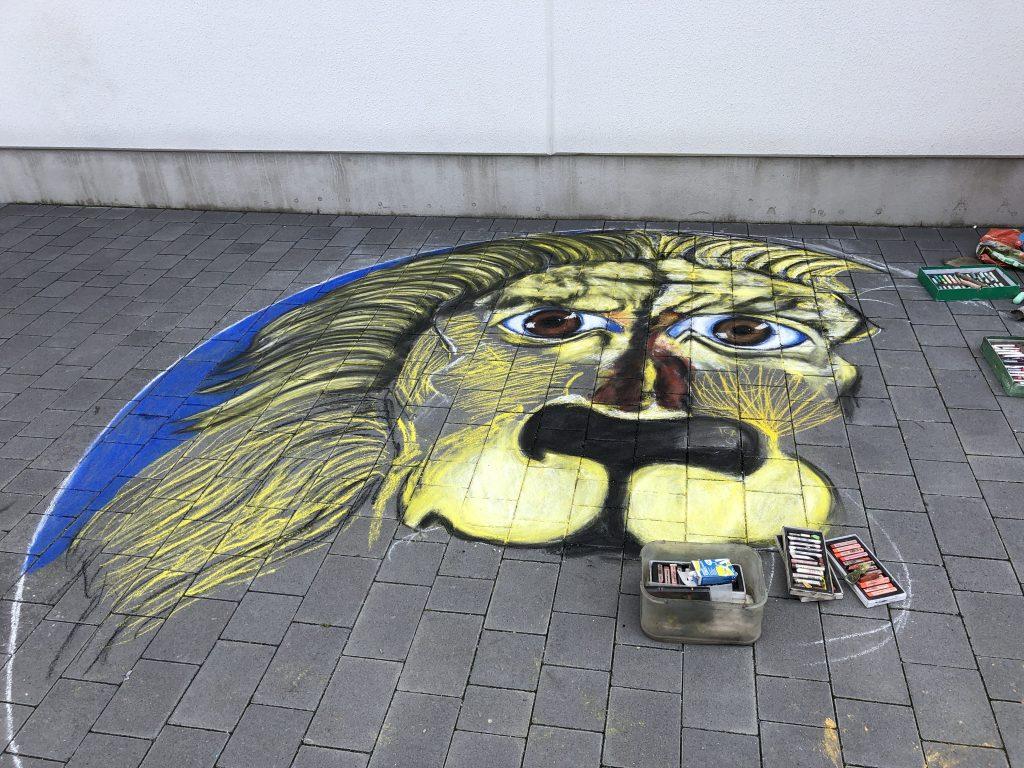 Ferienprogramm: Löwengemälde aus Kreide vor dem KufAHaus