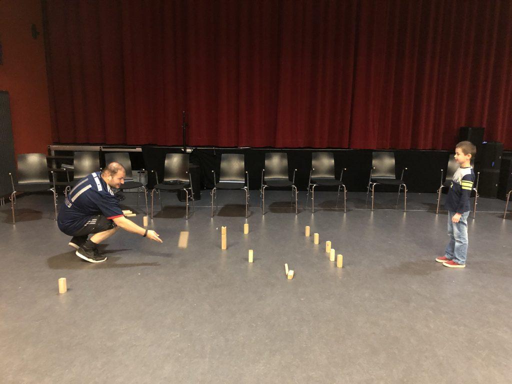 Ferienprogramm: Mann spielt Wikinger-Schach mit Junge