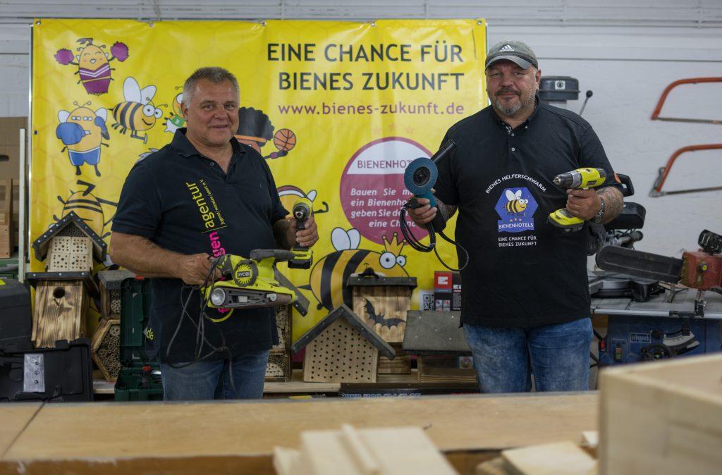 Umweltmarkt: Martin und Adrian Koschyk bauen mit Interessierten Hotels für die Wildbienen - zwei Männer mit Werkzeug sind abgebildet