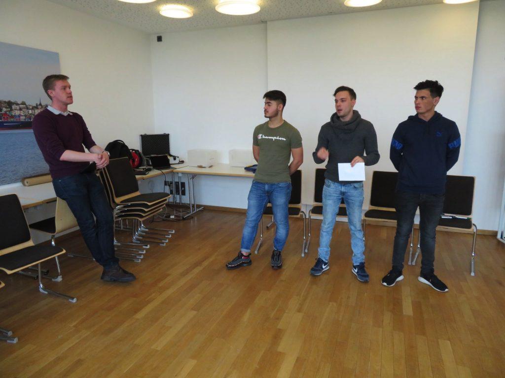 Leon Bischoff (links im Bild) im Gespräch mit drei jungen Männern bei einem Seminar der Freiwilligenagentur und Demokratie Leben Wolfenbüttel in Hamburg (Archivfoto 2018)