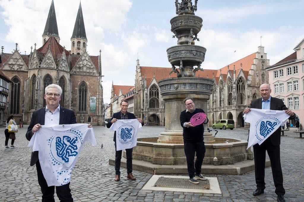 Die Stadtentwässerung Braunschweig und BS Energy machen es möglich: T-Shirts mit Aufdrucken von Kanaldeckeln mit der Freiwilligenagentur