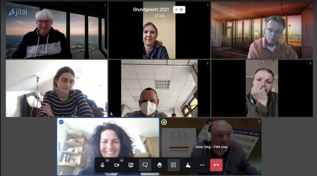 """Screenshot """"Wir reden über das Grundgesetz"""" - 8 Personen sind in ihren Bildschirmen zu sehen."""