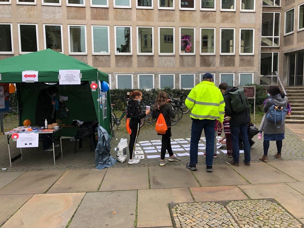 """Am Stand am Fritz-Bauer-Platz hatten die Teilnehmenden die Möglichkeit ein """"Bild-Wort-Memory"""" zu spielen, um zu zeigen, dass man auch mit Bildern viel sagen kann."""